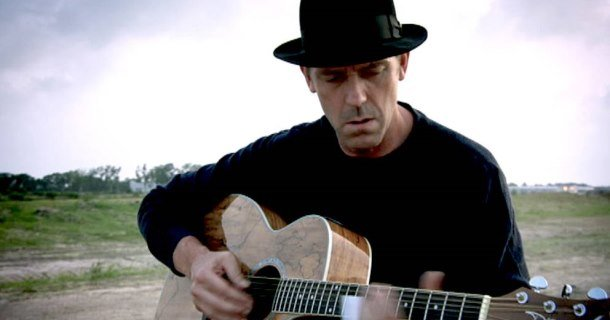 "Hugh Laurie spelar slideguitar i ""Hugh Laurie: House lirar blues"" i SVT Play"
