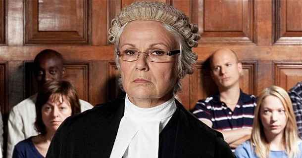 "Julie Walters i den brittiska miniserien ""The Jury"" i SVT Play"