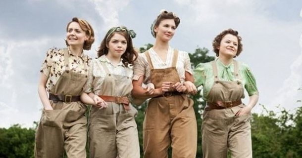"Tjejerna i tv-serien ""Land Girls"" i SVT Play"