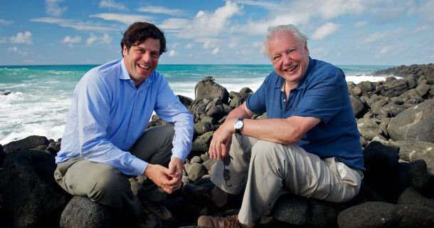 "Anthony Geffen och David Attenborough i dokumentären ""Galapagos - bakomfilmen"" i UR Play"