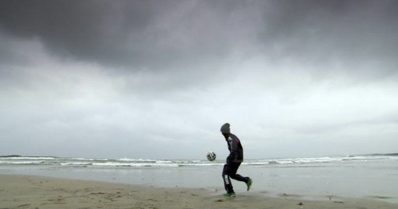 "Fotbollsspelare på stranden i dokumentären ""Rise as One"" i TV10 Play"