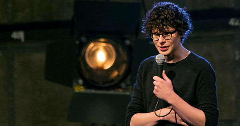 "Simon Amstell i humorshowen ""Numb - Simon Amstell live at the BBC"" i TV4 Play"