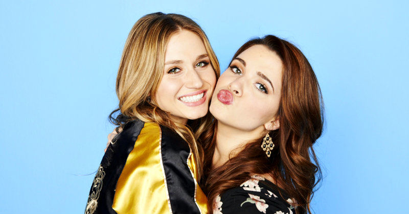 "Karma och Amy i komediserien ""Faking It"" i TV3 Play"