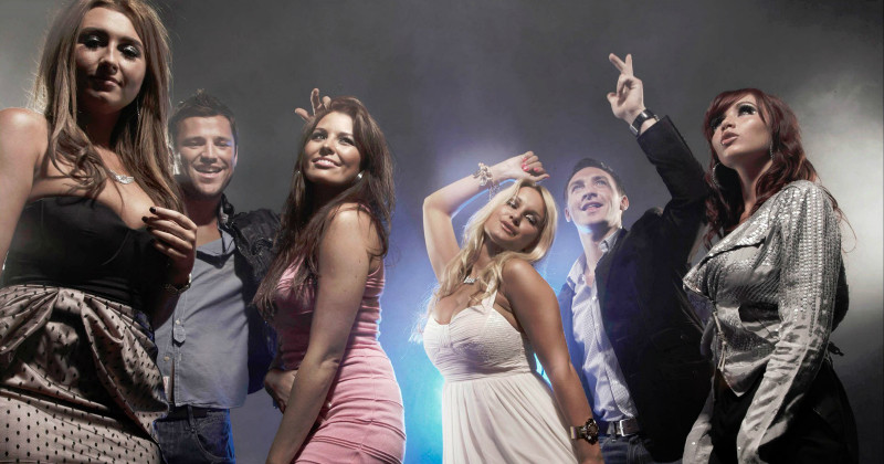 "Medverkande i realityn ""The Only Way is Essex"" i Viafree"