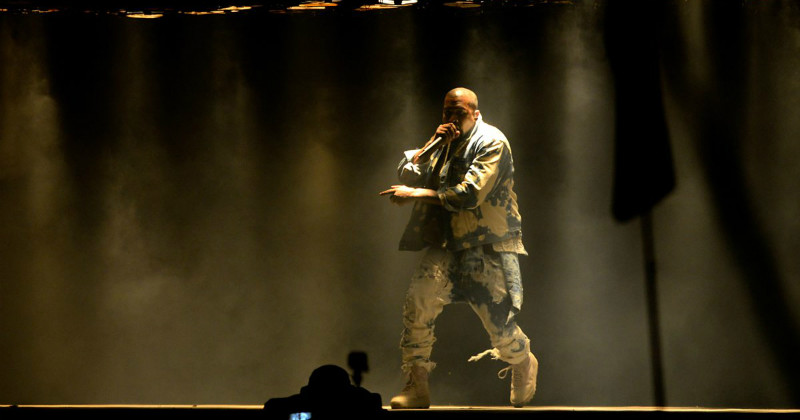 Kanye West på scen på Glasonburyfestivalen 2015 i SVT Play