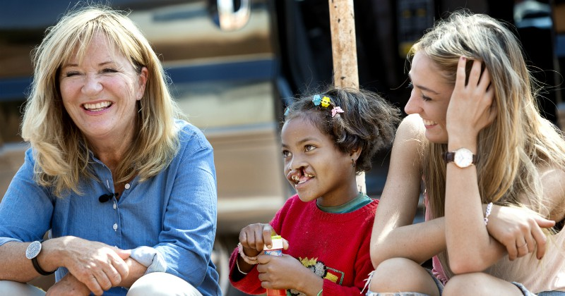 "Malou, Clara och Julia i ""Operation Smile: Malou i Madagaskar"" i TV4 Play"